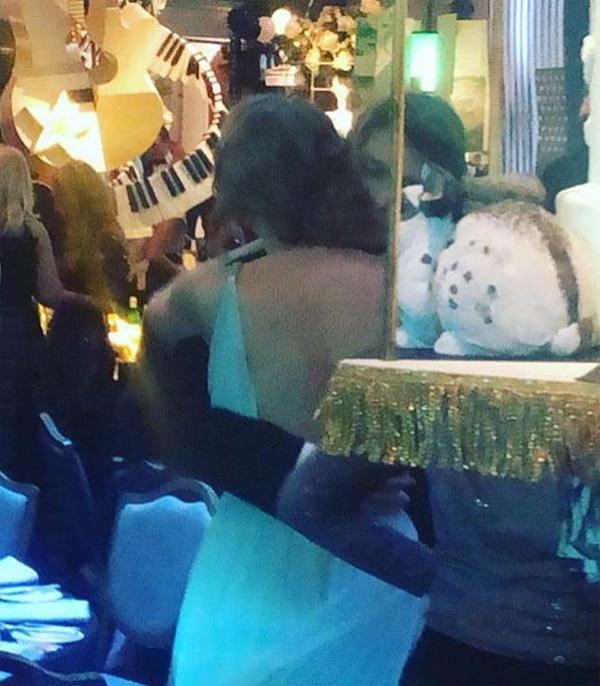 Tuy nhiên tại bữa tiệc sau lễ trao giải, Joe và Taylor thoải mái tình tứ bên nhau. Một phóng viên của The Sun chia sẻ khoảnh khắc cặp đôi ôm hôn say đắm.
