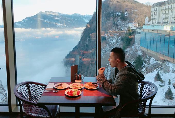 Ông bầu tận hưởng bữa sáng ở một khách sạn 5 sao nằm cheo leo trên đỉnh núi ở miền Trung Thụy Sĩ.