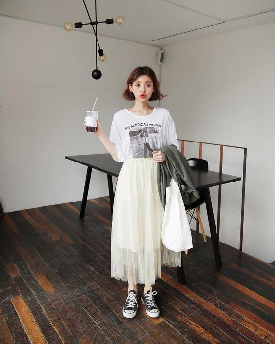 Sau vài năm vắng bóng, các kiểu chân váy tuyn đang đánh dấu sự trở lại. Mẫu trang phục này có thể kết hợp với nhiều kiểu áo để sử dụng khi đi làm hoặc hẹn hò cà phê cùng bạn bè.