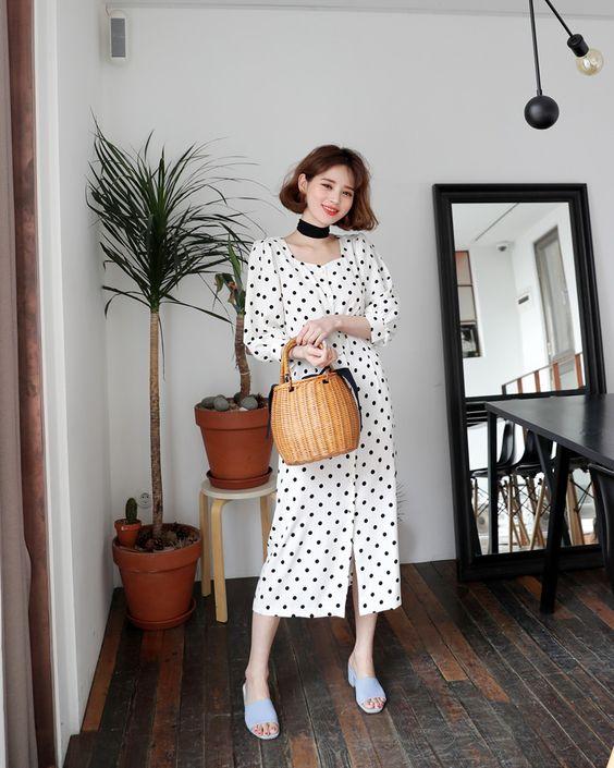 Váy chấm bi xinh xắn cho các nàng yêu phong cách retro. Phối cùng mẫu váy cổ điển là kiểu túi nan hợp xu hướng xuân hè.