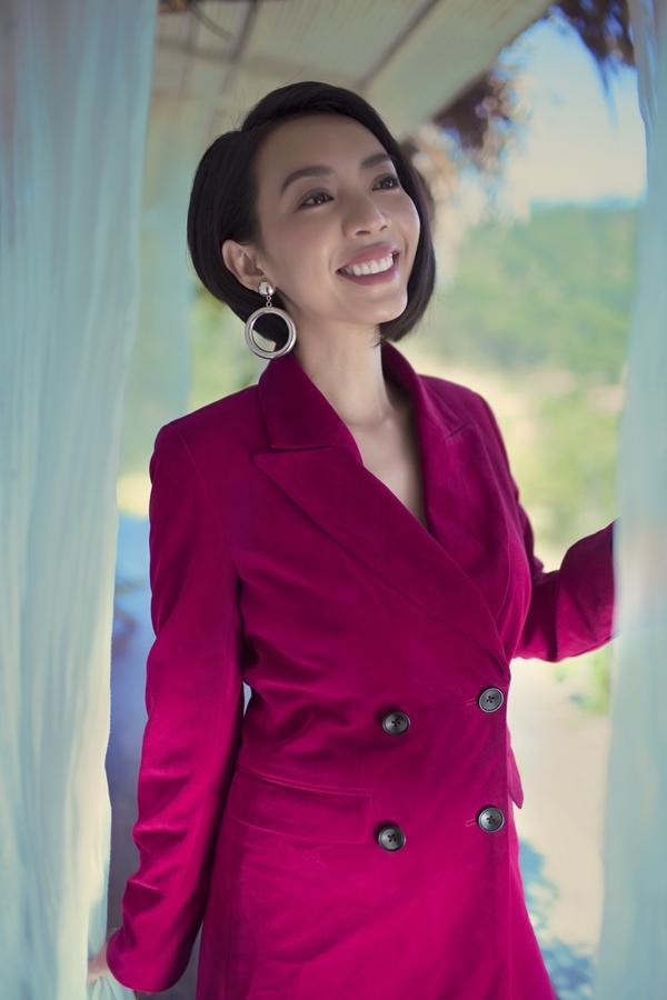 Thu Tranggợi cảm với váy xẻ ngực