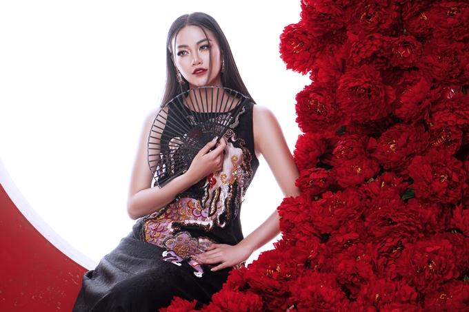 Miss Earth 2018 diện trang phục lấy cảm hứng Á Đông với nhiều họa tiết thêu hình ảnh rồng, chim hạc,... của nhà thiết kế Đỗ Mạnh Cường.