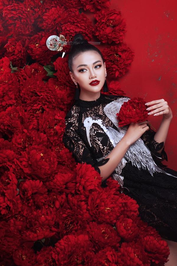 Hai tông màu chủ đạo đỏ và đen kết hợp hài hòa trên nền chất liệu voan lưới, tôn vẻ quyền lực, ma mị cho người đẹp.