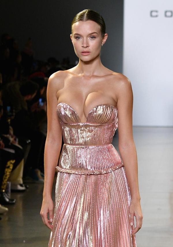 Thiên thần Josephine Skriver trở thành tâm điểm khi catwalk với bộ đầm dập ly cúp ngực sexy, phô diễn phần lớn vòng một đầy đặn.