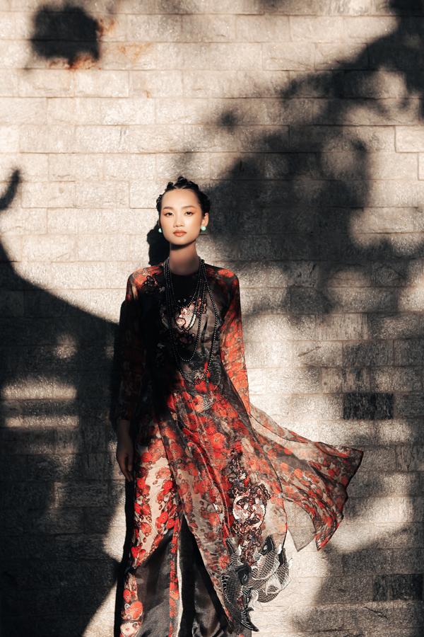 Quỳnh Anh The Face khoe nét đẹp đài các trong trang phục áo dài cách tân được trang trí họa tiết hoa lá và cá chép.