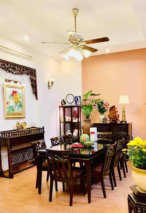 Thúy Nga chuộng sử dụng đồ nội thất bằng gỗ cho tất cả các phòng trong nhà. Những bộ bàn ghế được chị ra tận Bắc Ninh đặt làm, chạm khắc hoa văn lấy cảm hứng từ hoa sen và những họa tiết đậm nét Á đông.