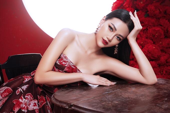 Hoa hậu Trái Đất 2018 Nguyễn Phương Khánh vừa thực hiện bộ ảnh đón năm mới. Các thiết kế hở vai, xẻ ngực giúp Phương Khánh khoe trọn vòng một gợi cảm.