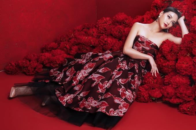 Hoa hậu chọn trang phục lấy cảm hứng Á Đông với nhiều họa tiết thêu hình ảnh rồng, chim hạc,... của nhà thiết kế Đỗ Mạnh Cường.