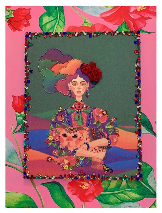 Họa tiết heo hồng quý phái được phối hợp nhịp nhàng cùng hình ảnh cô gái theo phong cách hội họa.