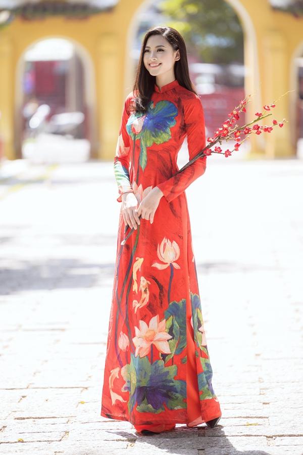 Cổ trụ, tay raglan và ống quần rộng thướt tha được nhà thiết kế tận dụng theo đúng phom dáng áo dài truyền thống.
