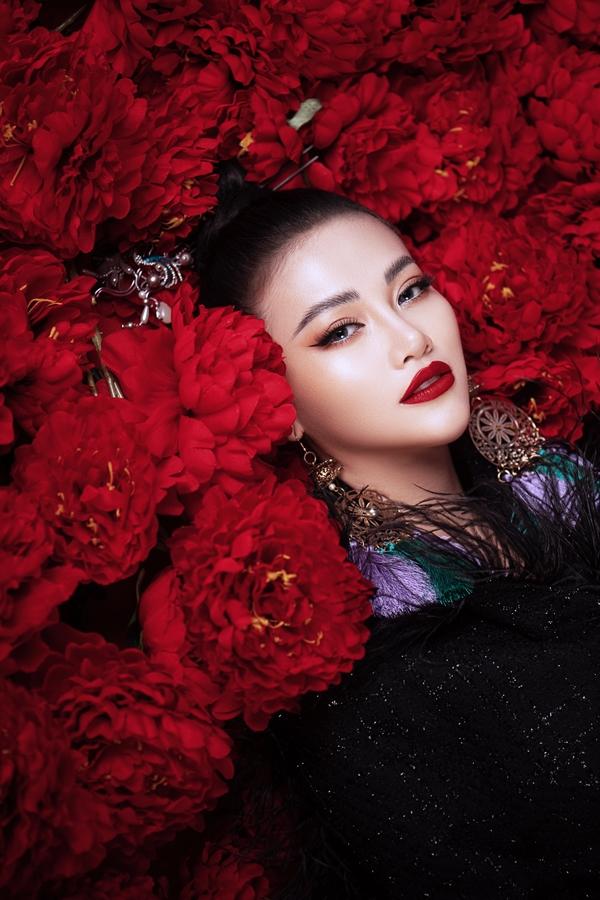 Bối cảnh bộ ảnh được dàn dựng công phu từ hàng trăm bông hoa hồng đỏ rực.