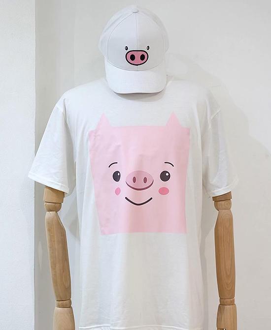 Họa tiết lợn con theo phong cách pop art được nhà thiết kế Hà Nhật Tiến đưa vào các mẫu áo thun trắng, mũ lưỡi trai tắng.