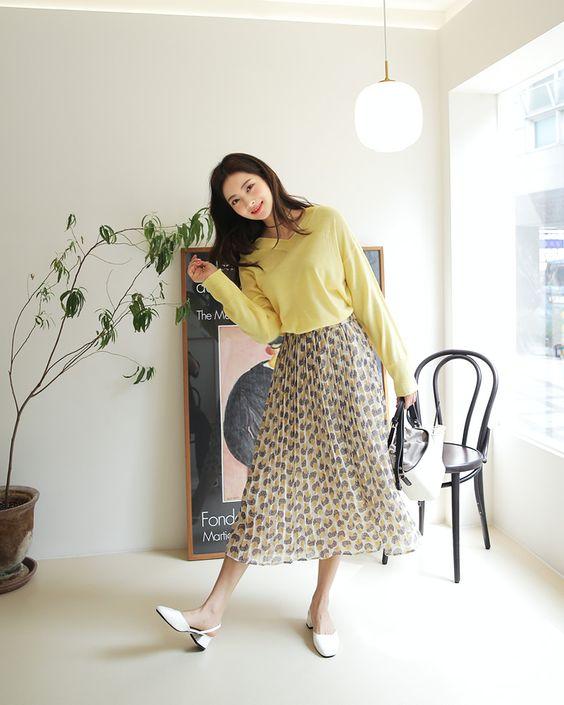 Nếu sợ tông vàng tươi quá chói chang thì nàng Tân Hợi có thể chọn áo dệt kim, áo thun tông vàng nhạt, vàng mơ để phối cùng các kiểu chân váy hoạ tiết.