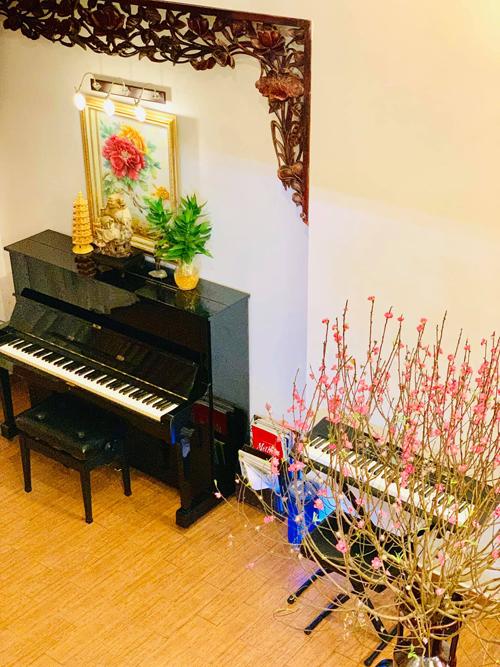 Ở một góc nhỏ tại tầng 1, chị kê chiếc đàn piano và đàn organ. Nhưng ngày nghỉ Tết hay khi có dịp tập trung đầy đủ các thành viên, em trai Thúy Ngasẽ ngồi đàn bên chiếc dương cầm và chịngân nga vài câu hát.
