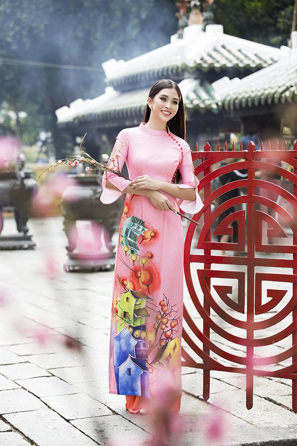 Áo dài cách tân mà Tiểu Vy sử dụng là sản phẩm mới của Ngô Nhật Huy dành cho mùa Tết năm nay. Trang phục truyền thống được lấy cảm hứng từ vẻ đẹp của phố cổ Hội An.