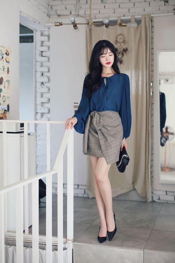 Khi không muốn quá nổi bật với tông xanh lá, bạn gái có thể sử dụng các mẫu váy áo trên tông xanh đen hoặc đen.