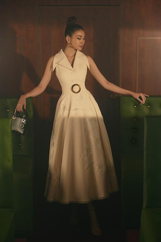 Màu trắng chưa khi nào lỗi thời trước vòng xoay của thời trang. Với thiết kế váy dáng dài chít eo, sự nhấn nhá từ họa tiết thêu nổi tôn lên giá trị về thẩm mỹ cho trang phục