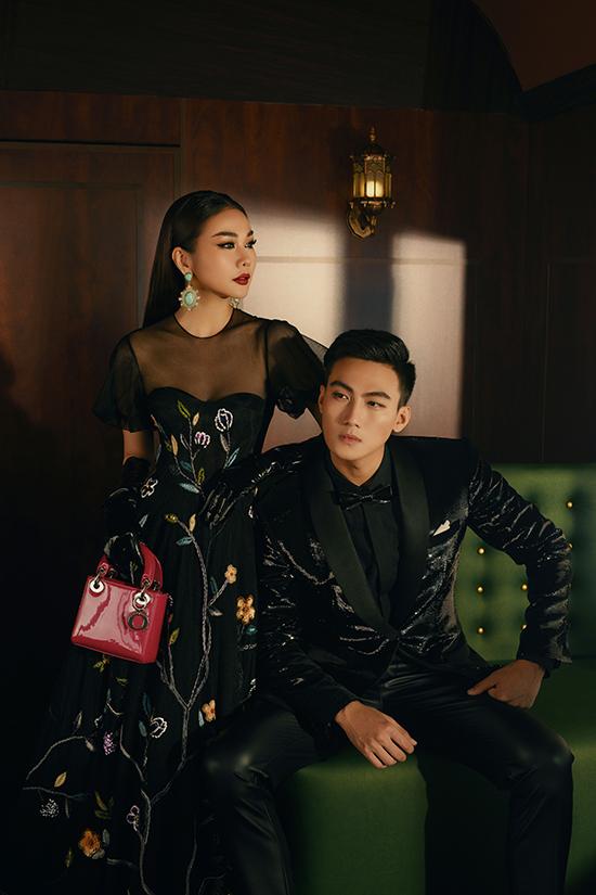 Trên mẫu váy của Thanh Hằng, họa tiết hoa được thêu đính dàn trải và vừa đủ, không gây rối mắt người nhìn