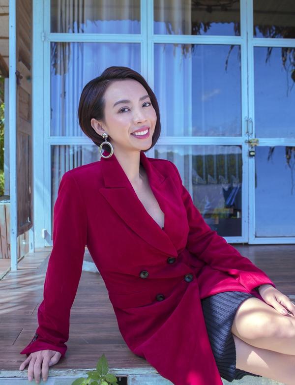Bà xã Tiến Luật chọn suit nhung đỏ phối váy len bên trong, phù hợp không khí đầu xuân.