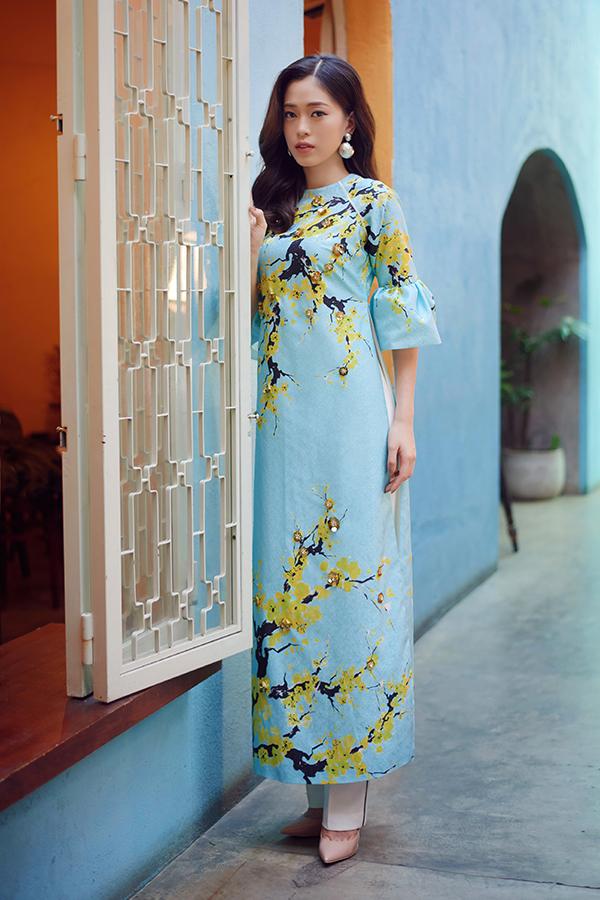 Áo dài cách tân luôn được các nhà mốt Việt lăng xê vào dịp Tết Nguyên đán. Á hậu Phương Nga trong trang phục áo tay bèo nhún và trang trí hoa mai của Adrian Anh Tuấn.