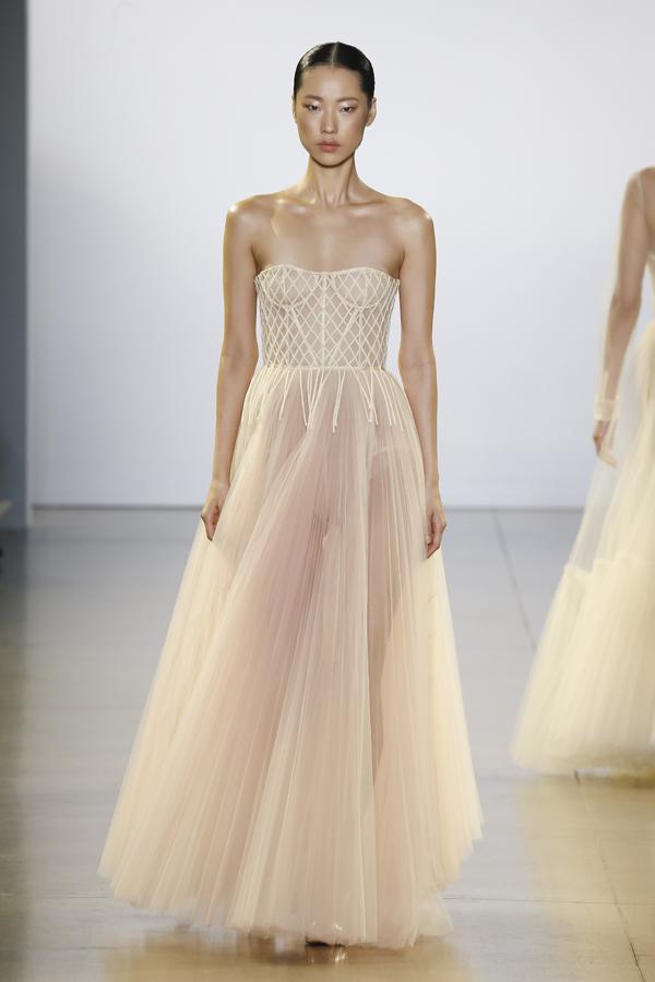 Kỹ thuật dựng phom dáng corset hoàn toàn bằng lưới mỏng với đường may tay tỉ mỉ đã góp phần nâng đỡ những đường cong ôm sát cơ thể theo đúng chuẩn tạo hình của kỹ thuật cho dòng thời trang Haute Couture.