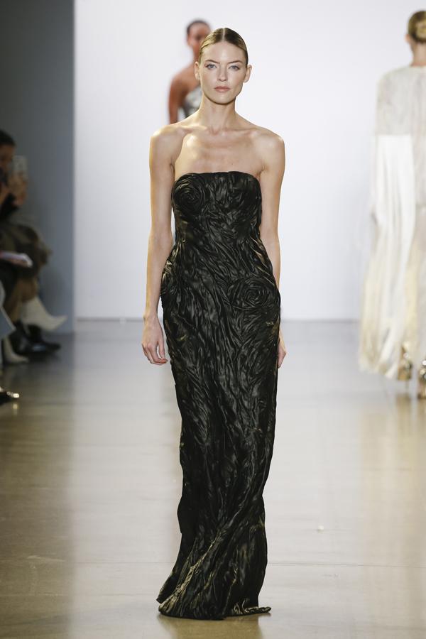 Các chất liệu tơ tằm, organza, gấm và metalic silk được sử dụng hầu như xuyên suốt BST. Đặc biệt lần này NTK Công Trí cũng đã mang đến 1bộ váy được xử lí khéo léo từ lụa Lãnh Mỹ A, loại lụa quốc bảo của Việt Nam.