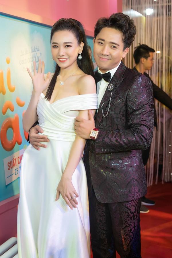 Vợ chồng Trấn Thành - Hari Won tình tứ trên thảm đỏ. Tổng giá trị đầu tư cho ngoại hình và phụ kiện của