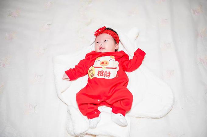 Em bé Đậu nhà Đỗ Hà Anh hiện được gần 1 tháng tuổi.