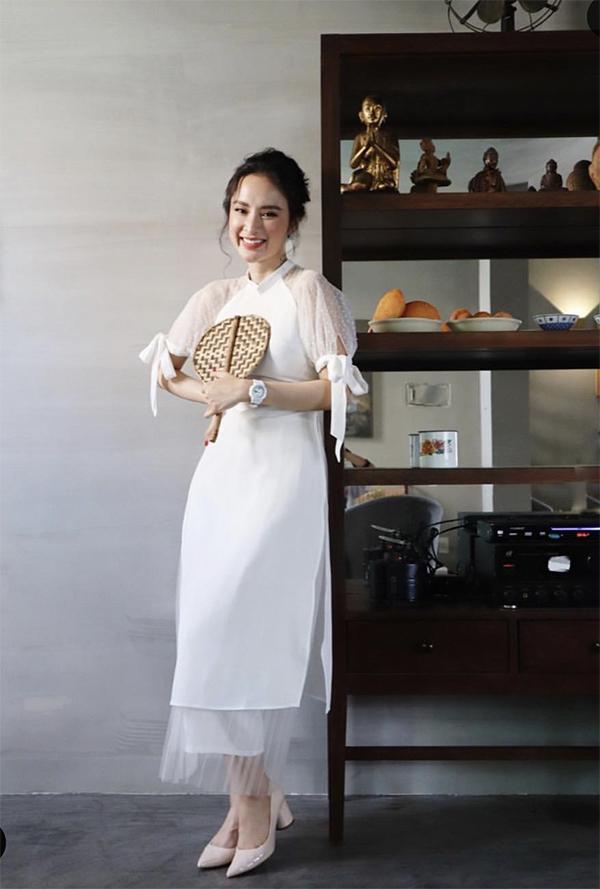 Hưởng ứng trào lưu diện áo dài dịp Tết cổ truyền, Angela Phương Trinh cũng chọn mẫu thiết kế do em gái thực hiện để chụp ảnh xuân.