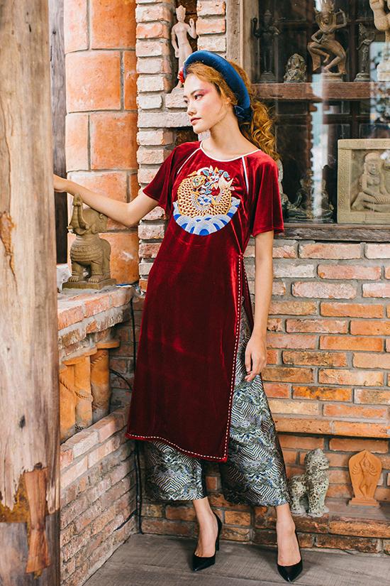 Sản phẩm đầu tiên của Lan Chilà một chiếc áo ngắn tự mày mò cắt may và thêu hình cá chép. Sau đó họa tiết này được phát triển và luôn là hình ảnh được cô chăm chút trong các mẫu áo dài cách tân, váy suông, váy cánh bướm...