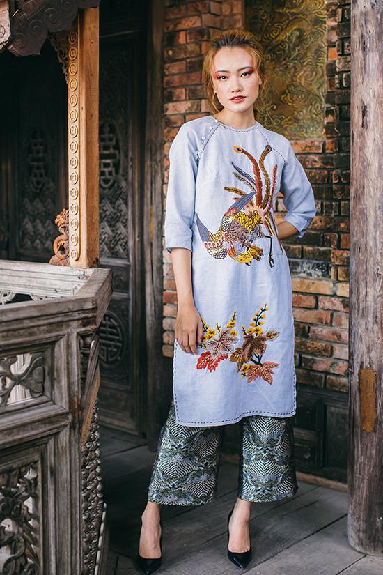 Lilen là chất liệu được Lan Chi sử dụng nhiều nhất trong các thiết kế của mình. Về phần họa tiết, cô lại dành nhiều tình cảm cho Pháp Lam.