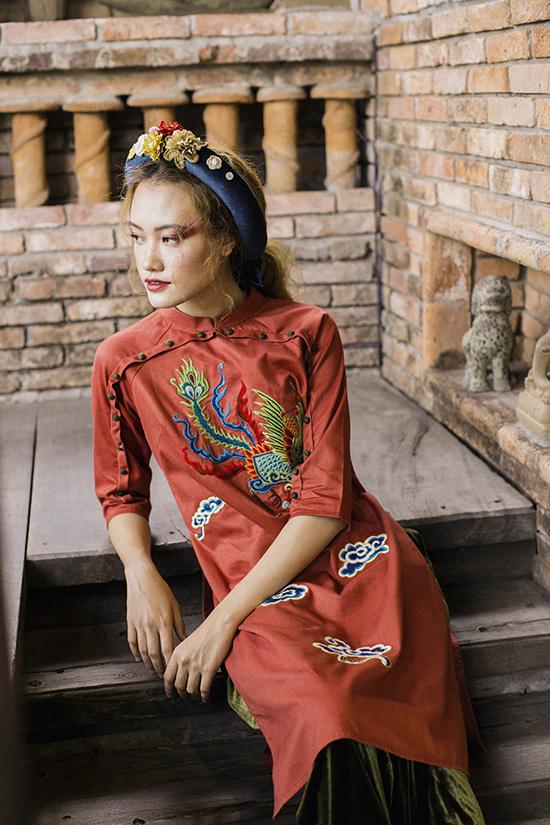 Tôi có một điều may mắn, là khi kết hợp những hình ảnh truyền thống lên trang phục hiện đại, những mẫu thêu của tôi cũng phá cách nhiều, các chị thợ của tôi thích sự thay đổi đấy vì nó khiến công việc thủ công nhàm chán trở thành một công việc mang tính nghệ thuật và sáng tạo hơn, Lan Chi chia sẻ.