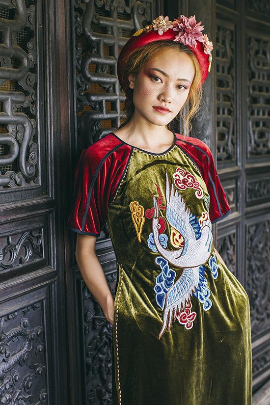 Sản phẩm dành cho tết Nguyên đán và xuân 2019 lấy cảm hứng từ những hoa văn cổ, được thêu tay tỉ mẫn trên nên vải linen, lụa, đũi .