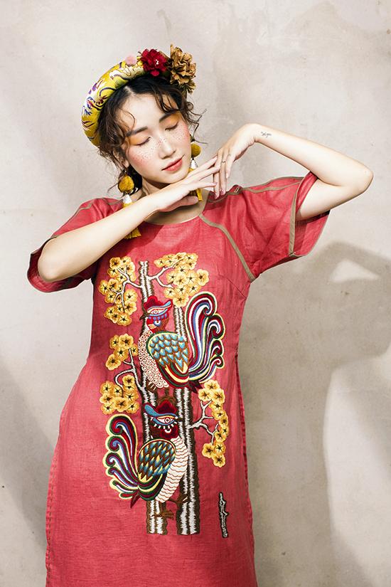 Trang phục của Lan Chi không đơn thuần là các mẫu váy áo để sử dụng hàng ngày mà nó được xem như một tác phẩm nghệ thuật. Mỗi họa tiết trên áo đều được thợ thủ công chăm chút từng đường kim mũi chỉ.