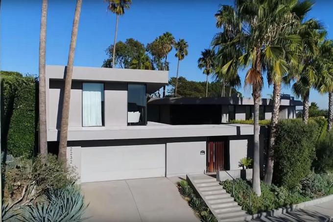 Tỷ phú công nghệ Elon Musk đang rao bán một trong nhưng căn biệt thự của ông tại thành phố Los Angeles với mức giá 4,5 triệu USD. Biệt thự tọa lạc tại khu phố  Brentwood, cách trung tâm Los Angeles khoảng 24 km về phía tây bắc bao gồm 4 phòng ngủ, 3 phòng tắm, bể bơi ngoài trời, thảm cỏ.