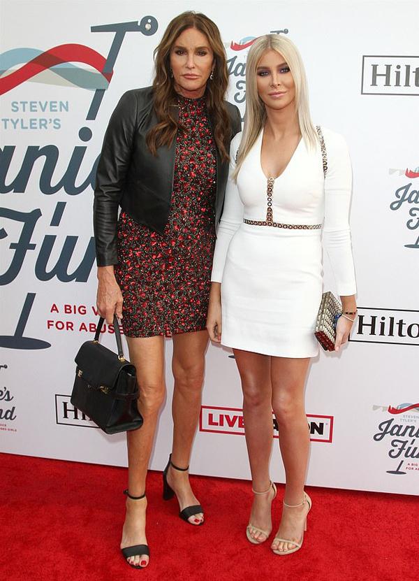 Bố Kylie Jenner đưa cô bạn gái 23 tuổi đến dự tiệc cùng.