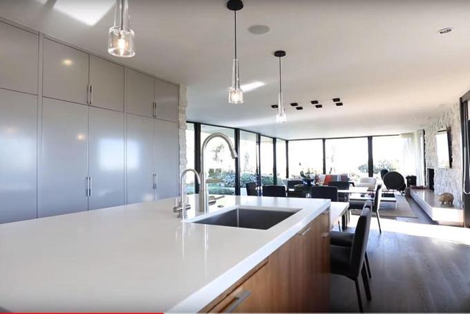 Khu bếp sang trọng, được thiết kế với diện tích mở ngay khi bước vào phòng khách giúp phần còn lại của căn biệt thự có nhiều không gian giải trí.