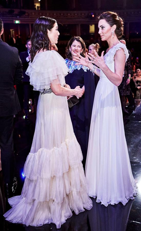 Rachel Weisz hào hứng khi trò chuyện với Nữ công tước xứ Cambridge. Ảnh: Rex Feature.