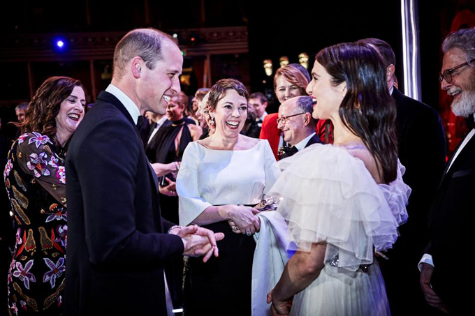 Hoàng tử William cười tươi khi nghe Rachel Weisz nói đùa. Ảnh: Rex Feature.