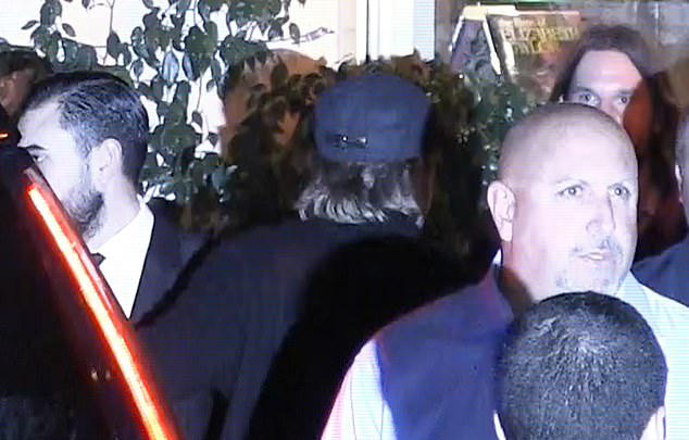 Brad Pitt (đội mũ đen) tới tiệc sinh nhật Jennifer hôm 9/2. Anh ở đó một tiếng rưỡi mới ra về.
