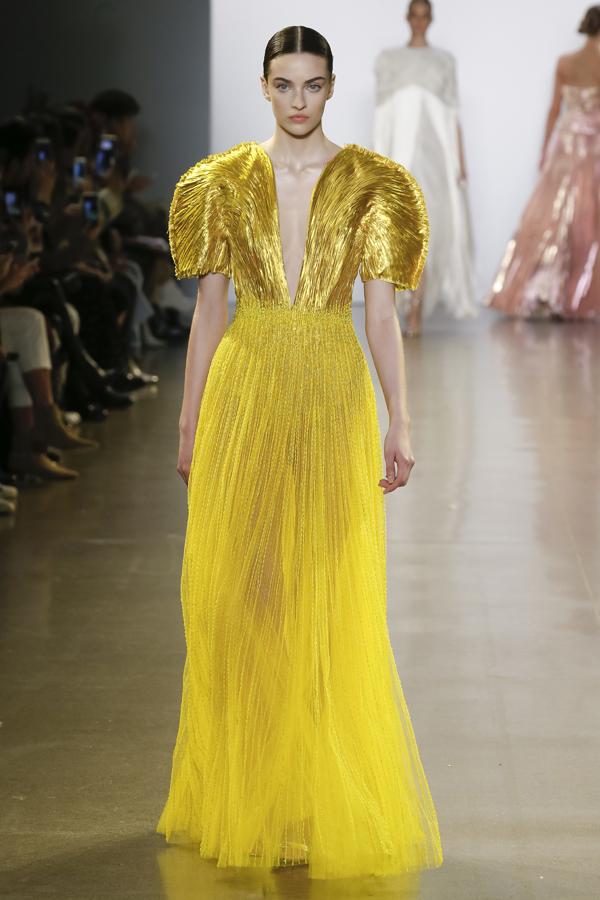 Màu sắc chủ yếu cho bộ sưu tậplần này là màu đen, trắng, ánh kim được nhấn nhá bởi màu vàng, đỏ, rose gold...