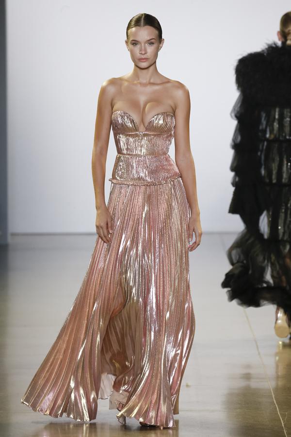 Cuộc dạo chơi của những vì sao gồm 42 mẫu thiết kế đượcxử lý chất liệu kỳ công tỉ mỉ đạt trình độ haute couture.
