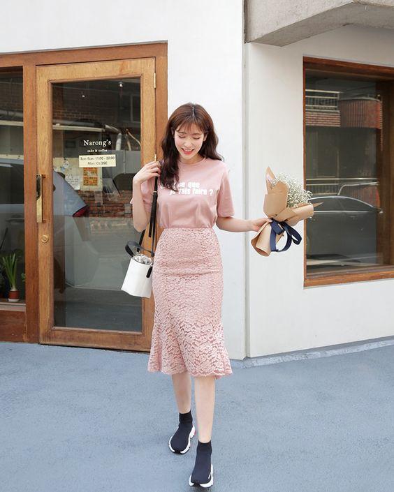 Ngoài tông đỏ và vàng, các cô nàng Đinh Hợi có thể chọn thê tông hồng để chưng diện. Đây là gam màu được yêu thích nhất ở đầu năm 2019.