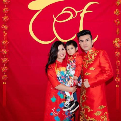 Đan Trường diện áo dài đỏ chụp ảnh Tết muộn cùng bà xã Thủy Tiên và con trai Thiên Từ sau những ngày bận rộn lưu diễn.