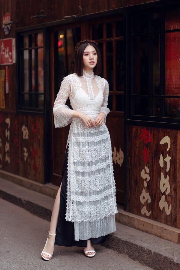 Jolie Nguyễn tự tin khoe dáng trên phố với thiết kế trắng đen lấy cảm hứng từ hình ảnh áo dài dân tộc.