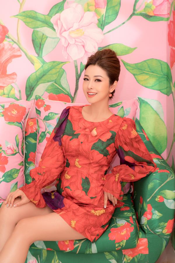 Hoa hậu có mặt tại TP HCM để thử váy của nhà thiết kế Vũ Ngọc & Son. Cô chọn 4 mẫu trang phục với họa tiết hoa hải đường nằm trong bộ sưu tập Forever Young.