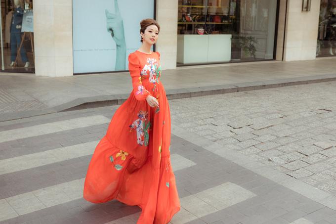 Trên các mẫu váy đều in họa tiết hoa hoặc hình cô gái bế heo tượng trưng cho năm Kỷ Hợi.