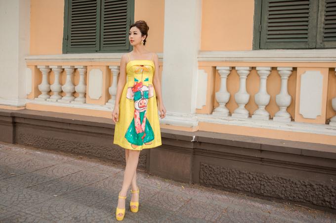 Họa tiết chú heo còn trở nên sống động, ngộ nghĩnhqua cách phối màugiữa tone vàng với xanh của nhà thiết kế.