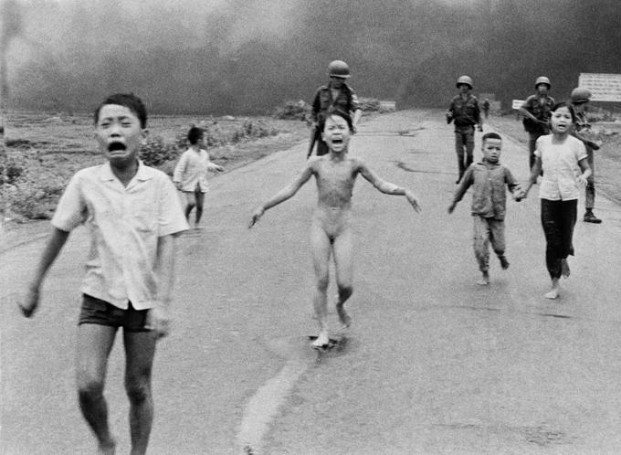Bức ảnh Phan Thị Kim Phúc bị bỏng vì bom napalm vào ngày 8/6/1972 được chụp bởi nhiếp ảnh gia Nick Ut của hãng thông tấn AP.