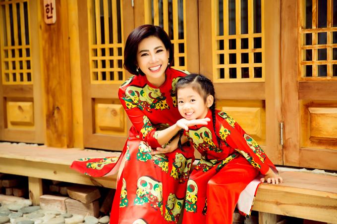 Diễn viên Mai Phương và con gái cùng diện áo dài in họa tết chú lợn trên tranh Đông Hồ để chụp ảnh Tết. Đây là mẫu thiết kế mới nhất mà Đặng Trọng Minh Châu dành cho phái đẹp mê trang phục truyền thống ở mùa Tết 2019.